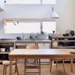 壁付けキッチン/横に食卓
